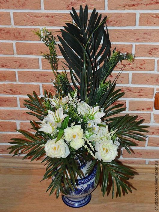 Композиция из роз и лилий с декоративными листьями и свисающими веточками