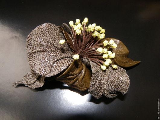 Заколка-автомат  для волос из кожи `Диана` хаки оливковая . Удобная и надежная заколка автомат для волос. Оригинальный объёмный авторский цветок для волос, прически.  Романтическое украшение. Подарок.