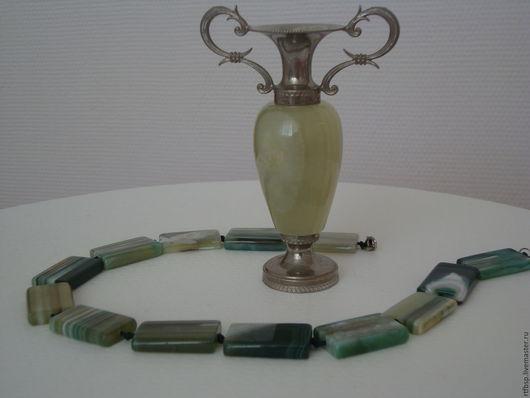 Колье из уральского агата необыкновенного цвета всех зеленых оттенков с молочными разводами. Считается, что агат принесет счастье и доход своему обладателю.