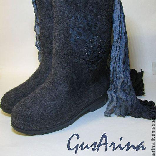 Теплые валенки-сапожки выполнены из натуральной шерсти, комфортные в носке. высота голенища 32 см.Декорированы с внешней стороны шелком и бисером. Качественная TR подошва- не скользит, очень удобная.