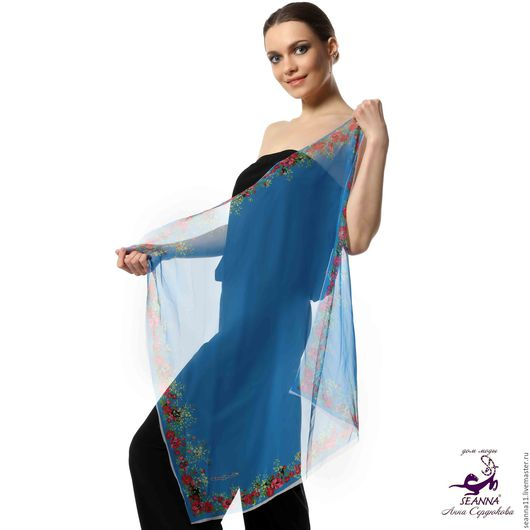 Дизайнер Анна Сердюкова (Дом Моды SEANNA).  Шифоновый платок с авторским принтом `Голубой в цветочной рамке`. Размер платка - 75х75 см.  Цена - 2900 руб.