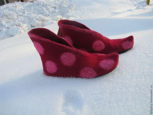 """Ботиночки """"Горохи""""домашние. Легкие, уютные,мягкие и теплые. Цвет:бордовый с розовым горохами, смотриться весело, свежо)) Подшиты натуральной кожей."""