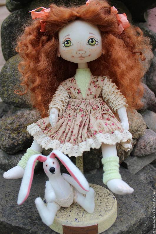 Коллекционные куклы ручной работы. Ярмарка Мастеров - ручная работа. Купить Интерьерная текстильная кукла Арина с любимым зайкой. Handmade.