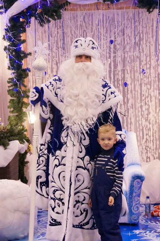 Наш костюм Деда мороза включает в себя шубу,шапку и варежки