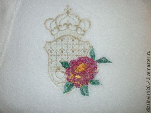 отшитый дизайн розы с вензелем на халате