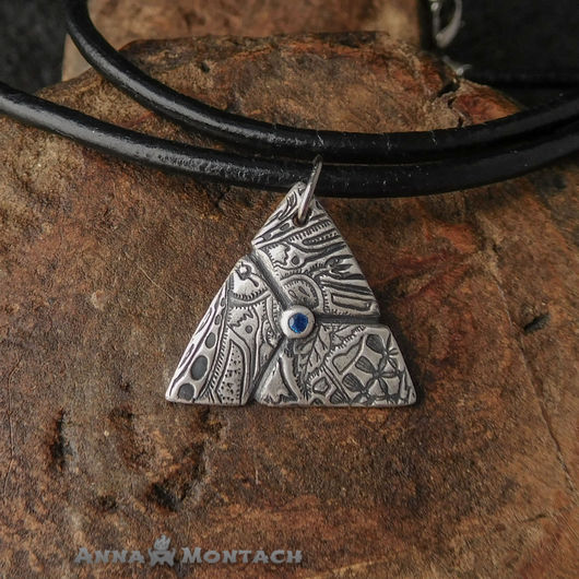 Треугольный кулон с синим фианитом, серебро ручной работы, синий камень, подвеска из серебра
