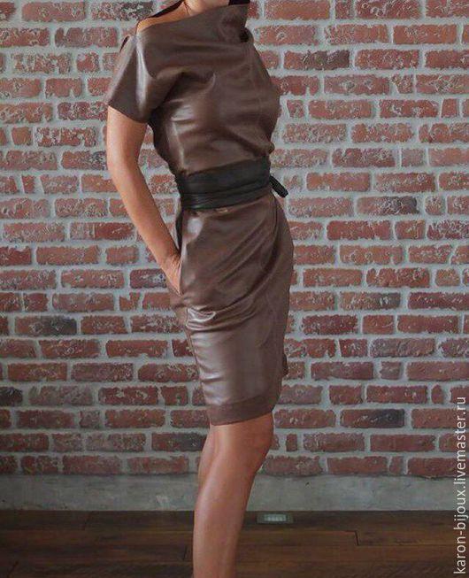 Очень стильное дизайнерское платье с поясом.  Отлично подходит как для повседневной носки, так и для вечернего выхода, стоит только добавить яркий аксессуар.