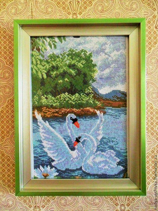 Картина вышитая крестом `Лебеди на пруду`