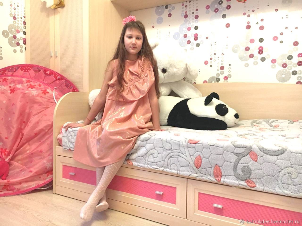 Платье из блестящей ткани с объемным декором Листок Росток