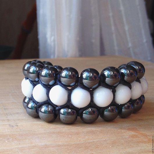 Браслет `Монохром` - бусины в 3 ряда (гематит и белый агат) скреплены специальным плетением