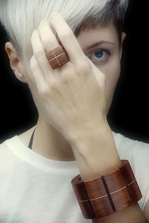 на фото перстень представлен в комплекте с гибким браслетом аналогичной древесины с белой прожилкой \r\n(цена браслета - 700 руб)
