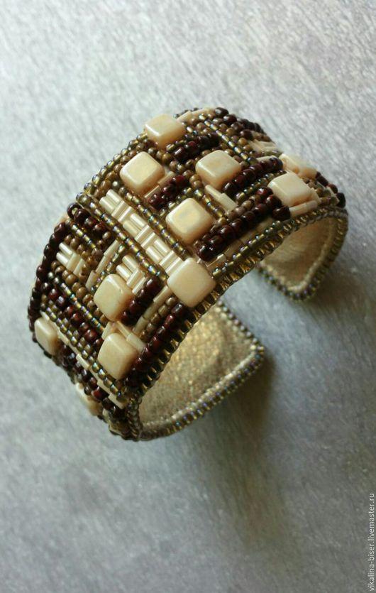 коричневый, кремовый, золотистый, вышитый бисером браслет, браслет из бисера, браслет из бисера и бусин, с геометрическим рисунком, браслет с полосками, полосатый браслет, браслет с квадратами.