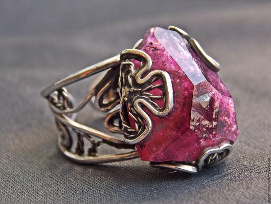 Шикарное необычное кольцо с ярко-розовым, сочным турмалином в серебре