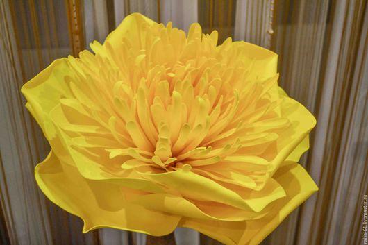 Большой цветок из фоамирана. Очень легкий, не боится воды, можно мыть, не сминается.