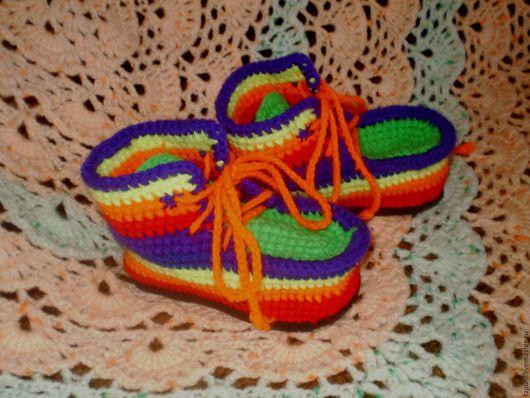 Вязаные крючком детские ботиночки-пинетки из акрила `Радуга` на резиновой подошве с шнурками.