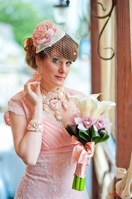 Елена, совершенно очаровательная невеста. Коралловые, персиковые оттенки, винтаж - все это идеи Елены. Собранный и сотканный по крупицам незабываемый образ невесты. С теплотой вспоминаю эту работу :)