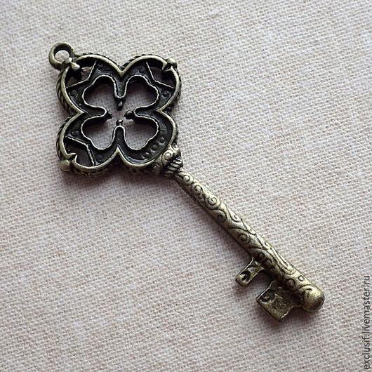 Фурнитура для создания украшений - подвеска  винтажный ключ для кулона, брелока, браслета. Ключ в виде четырехлепесткового листа клевера. Цвет подвески античная бронза. Ключ двусторонний. Размер ключа 5х2,2 см.