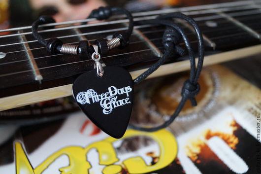 """Кулоны, подвески ручной работы. Ярмарка Мастеров - ручная работа. Купить Черный кулон-медиатор на шнурке с логотипом группы """"Three Days Grace"""". Handmade."""