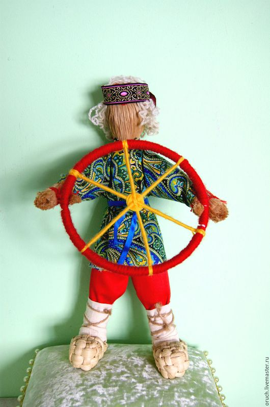 ткани и фактуры для каждой куколки разные,точно такую как на фото сделать не получится.И цвет и форма именно Вашей куколки будет сооответствовать Вам.