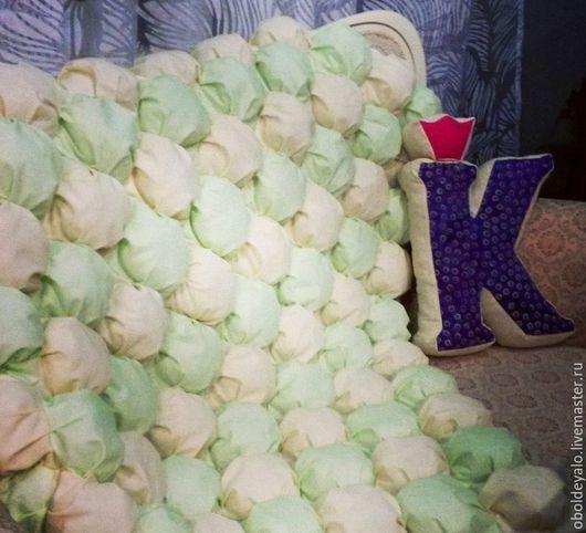 Бомбон- одеялко, бежевый/зелёный. 100% хлопок, наполнитель гиппоаллергенный холлофайбер. Размер 80-120. В наличие-3500.
