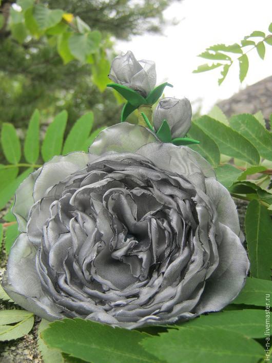 Купить брошь, необычные цветы,  необычное украшение, серебристый, серебристо серый, цветы из ткани купить, подарок купить, Маме подарок купить, брошь цветок серая, брошь роза