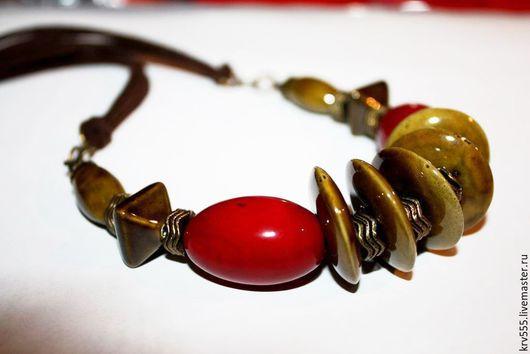 Колье, бусы ручной работы. Ярмарка Мастеров - ручная работа. Купить Колье на замшевом  шнуре с керамикой и орехом тагуа. Handmade.