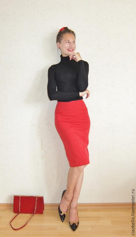 Красная юбка черная водолазка