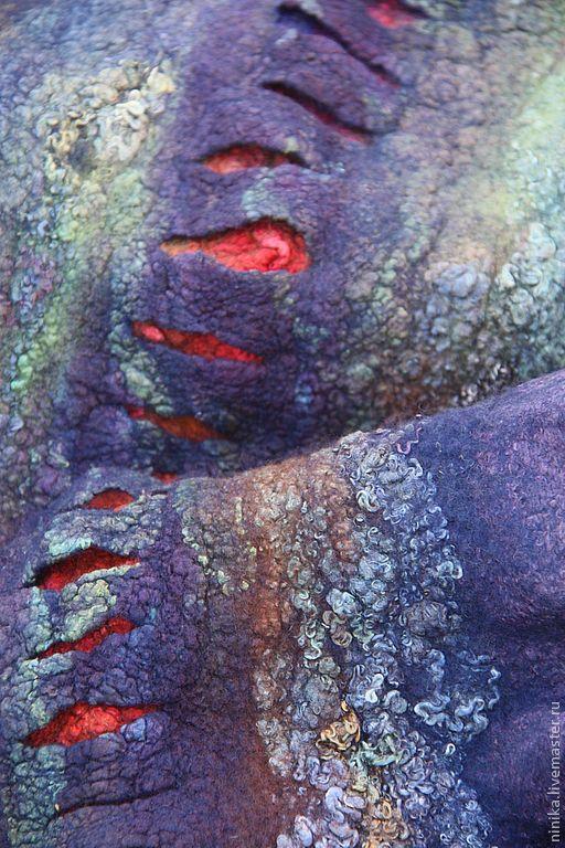 Центральная часть палантина с одной стороны имеет многочисленные прорези, сквозь которые виднеются яркие волокна шелка.
