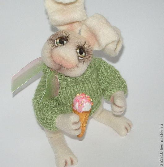 Игрушки животные, ручной работы. Ярмарка Мастеров - ручная работа. Купить Заяц  Лакомка, интерьерная игрушка из войлока.. Handmade.