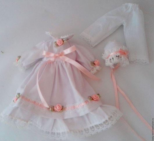 Набор для фарфоровой куколки.  Длина платья 15 см. Длина платья 15.5 см, ширина под кокеткой 18 см.  Цена набора их трёх предметов  - 450 руб. Ситец.