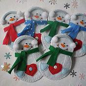 Подарки ручной работы. Ярмарка Мастеров - ручная работа Кармашки для столовых приборов -  снеговики). Handmade.