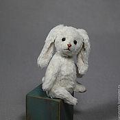 """Куклы и игрушки ручной работы. Ярмарка Мастеров - ручная работа Авторская игрушка """"Белый кролик на синем кубе"""". Handmade."""