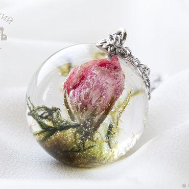 Украшения ручной работы. Ярмарка Мастеров - ручная работа Прозрачный шар с розовой геранью и мхом из ювелирной смолы. Кулон-шар. Handmade.