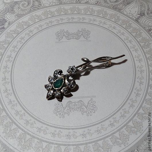 Изящная серебряная брошь ручной работы  с природным изумрудом, шпинелью и фианитами сделана в Викторианском стиле.