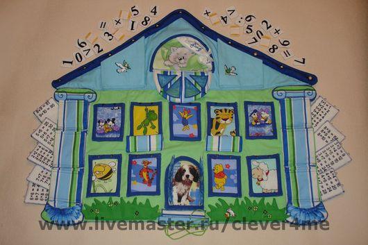 Коврик украшают множество забавных мордашек  и вышивка шелком. Все окна и двери открываются, есть место для именного пожелания.