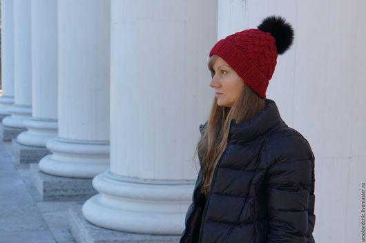 Шапки ручной работы. Ярмарка Мастеров - ручная работа. Купить Красная вязаная шапка с меховым помпоном. Handmade. Шапка