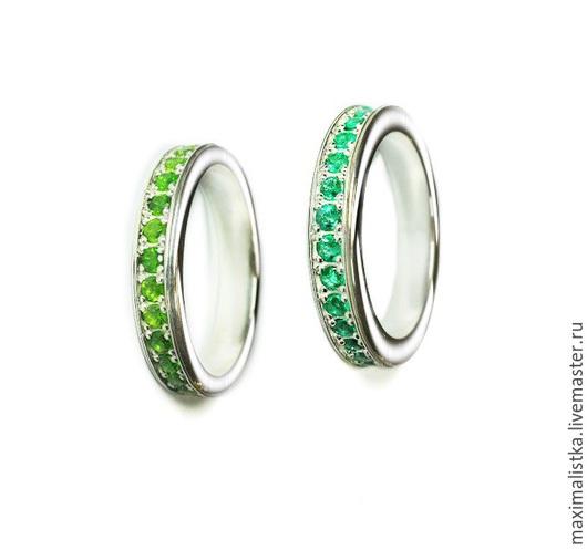 Пара колец `GREEN RINGS` из белого золота, с изумрудами и цаворитами натуральными камнями в Москве на заказ