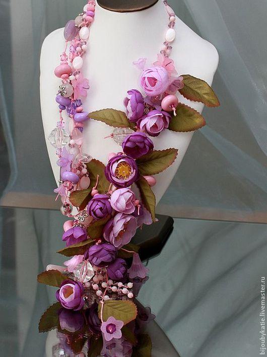 Объемное колье с цветами.  Длина 50 см + вниз 16 см Используемые материалы: искусственные цветы, перламутр, граненое стекло, акриловые бусины, пластиковые цветы, стеклянные бусины, бусины розового к