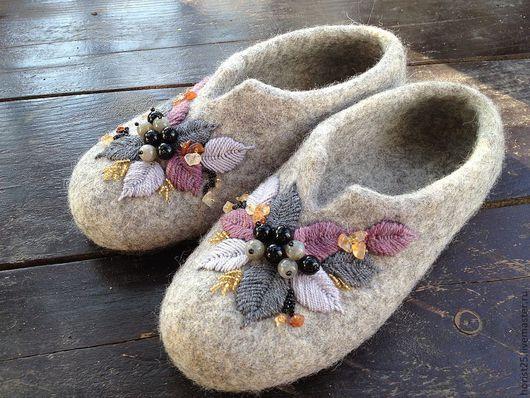 Обувь ручной работы. Ярмарка Мастеров - ручная работа. Купить тапочки для мамы. Handmade. Серый, мягкие, подарок, валяная обувь