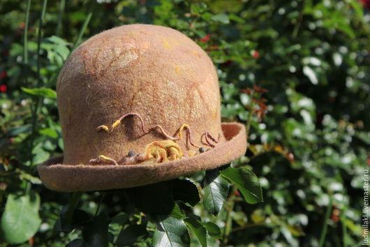 Шляпка из итальянского мериноса с вкраплениями элементов маргиланского шелка. Не притязательна к условиям, комфорта и применима в большом диапазоне температур.