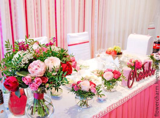 Оформление малиново розовой свадьбы цветами.