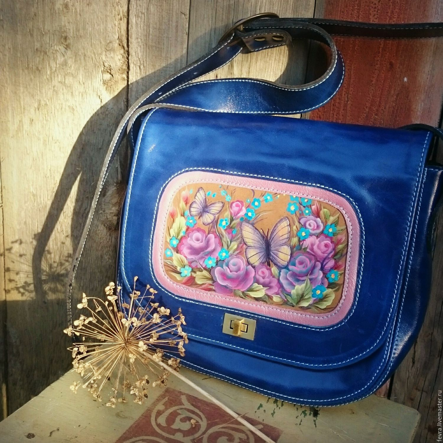 Romantic walks, country trips and even everyday moving around the city becomes much more enjoyable and emotional with this handbag.