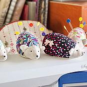 Подарки к праздникам ручной работы. Ярмарка Мастеров - ручная работа Мягкий ежик: игрушка-игольница с историей (ч.4). Handmade.