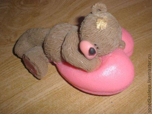 """Мыло ручной работы. Ярмарка Мастеров - ручная работа. Купить Мыло """"Медведик на """"сердешной"""" подушке""""- 3D. Handmade. медвежонок-тедди"""