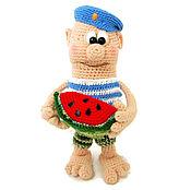 Куклы и игрушки ручной работы. Ярмарка Мастеров - ручная работа Сувенир военному Подарок военному вязаная игрушка десантник. Handmade.