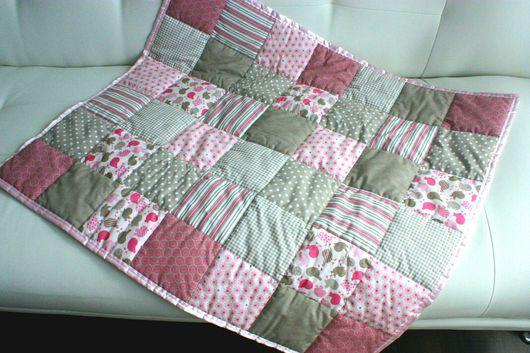 Пледы и одеяла ручной работы. Ярмарка Мастеров - ручная работа. Купить Детское лоскутное одеяло с гирляндой из сердечек. Handmade. Одеяло