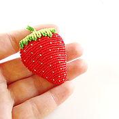 Красная брошь из бисера Клубника