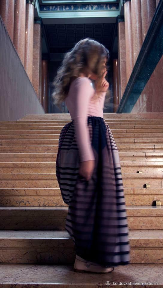 На лестнице в юбке фото — img 5