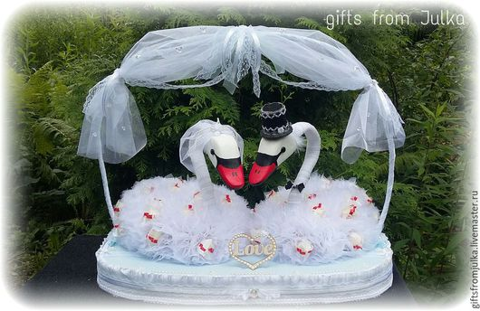 Подарки на свадьбу ручной работы. Ярмарка Мастеров - ручная работа. Купить Свадебные лебеди из конфет. Handmade. Свадебный подарок