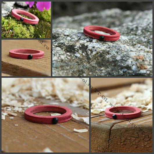 Кольцо из березы, покрытое розово-малиновой морилкой махаон, с черным камнем. Красиво смотрится в виде сета с черным кольцом , или в виде парных колец с черным.